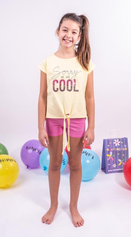 Къси панталонки момиче